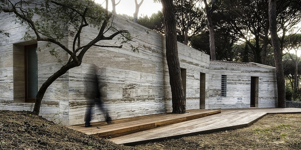 Home with travertine exteriors and interiors for Small minimal house