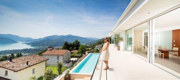 minimalist-mountain-top-home-panoramic-lake-views-11-pool.jpg