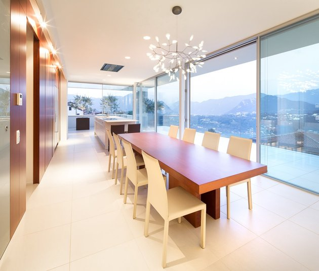 minimalist-mountain-top-home-panoramic-lake-views-14-dining.jpg