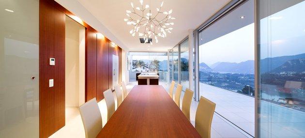 minimalist-mountain-top-home-panoramic-lake-views-15-dining.jpg