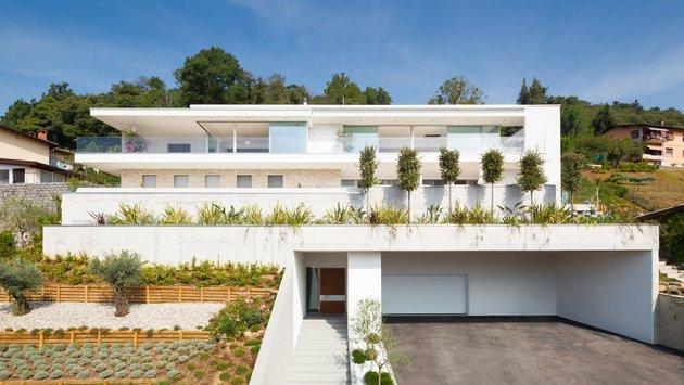 minimalist-mountain-top-home-panoramic-lake-views-28-façade.jpg