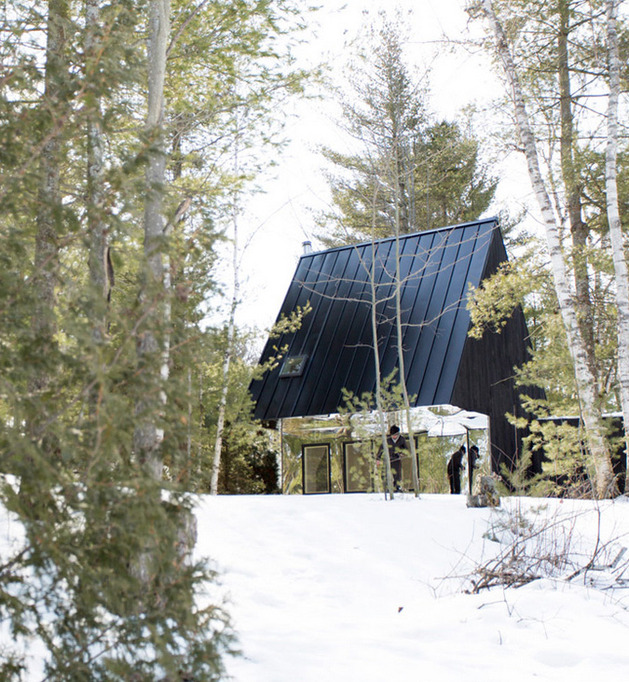 mountain cabin ontario mirrored facade uufie kawartha lake 2 thumb 630x682 22597 Mountain Cabin in Ontario Reflects Lakeside View with Mirrored Facade