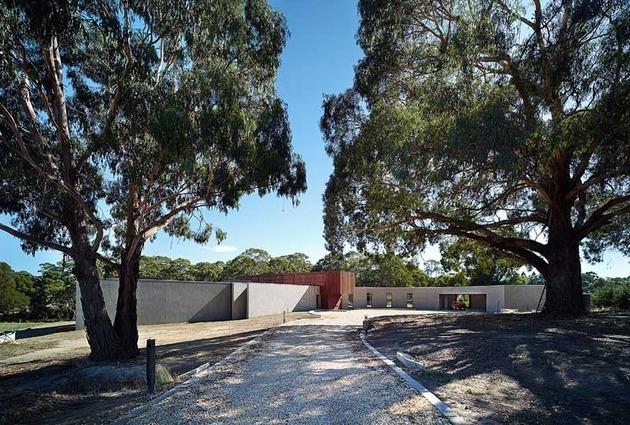rachcoff vella architecture warms up modern homes australia wood details 1 street view thumb 630x425 21978 Rachcoff Vella Architecture Warms Up Modern Homes in Australia With Wood Details