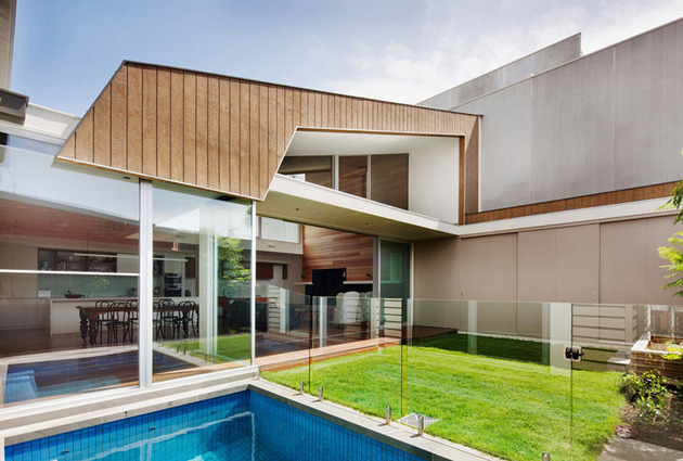 rachcoff-vella-architecture-warms-up-modern-homes-australia-wood-details-16-poolside.jpg