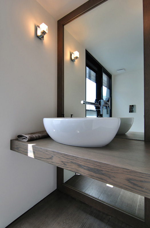 rachcoff-vella-architecture-warms-up-modern-homes-australia-wood-details-17-vanity.jpg