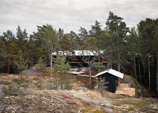 single storey summer house overlooks forested gorge sweden 1 thumb 630x450 19334 Single Story Summer House Overlooks Forested Gorge in Sweden