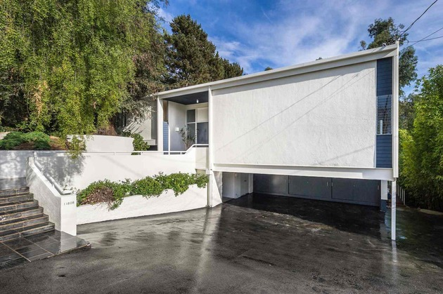 skillful-renovation-iconic-mid-century-los-angeles-residence-11-driveway-side.jpg