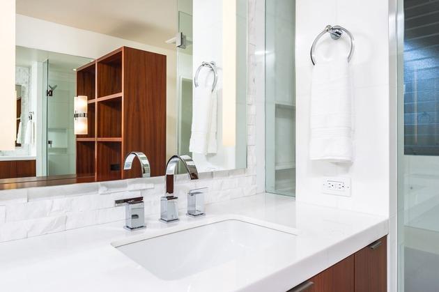 skillful-renovation-iconic-mid-century-los-angeles-residence-25-large-bathroom-mirror.jpg
