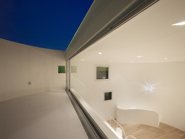 spacious-oval-plan-hiroshima-home-uses-light-creatively-13-deck-nighttime.jpg