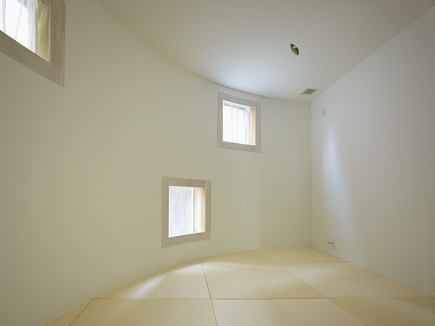 spacious-oval-plan-hiroshima-home-uses-light-creatively-16-bedroom.jpg