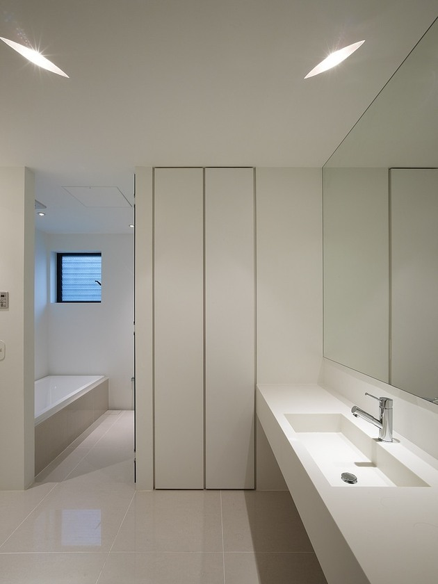 spacious-oval-plan-hiroshima-home-uses-light-creatively-17-bathroom.jpg