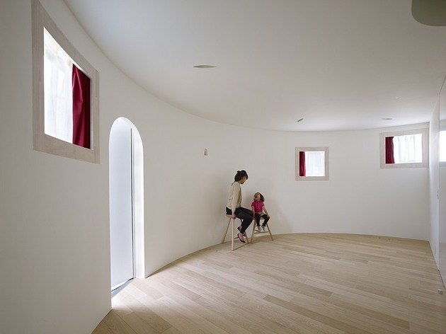 spacious-oval-plan-hiroshima-home-uses-light-creatively-5-entry-parlor.jpg
