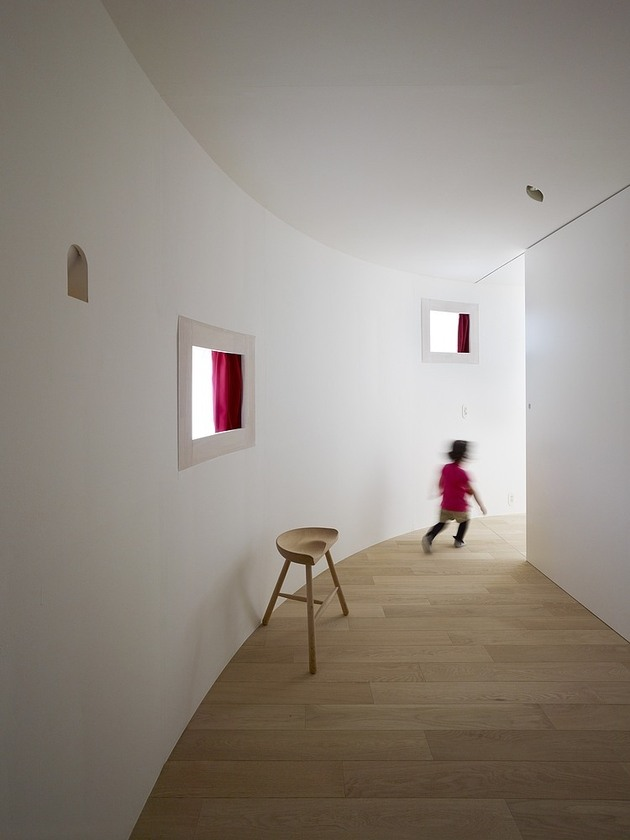 spacious-oval-plan-hiroshima-home-uses-light-creatively-6-hallway-opening.jpg