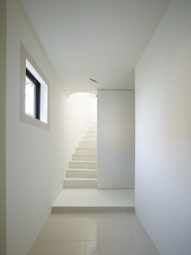 spacious-oval-plan-hiroshima-home-uses-light-creatively-7-staircase-hall.jpg