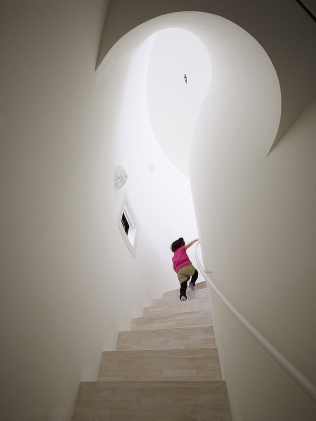 spacious-oval-plan-hiroshima-home-uses-light-creatively-8-curved-stairs.jpg