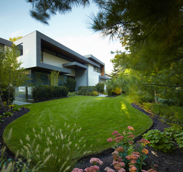 stunning-details-large-open-spaces-define-toronto-home-29-frontyard.jpg