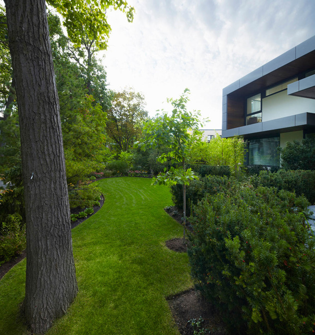 stunning-details-large-open-spaces-define-toronto-home-30-frontyard.jpg