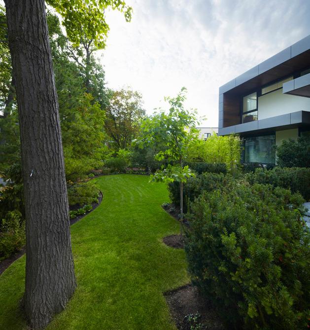 stunning-details-large-open-spaces-define-toronto-home-30-frontyard.jpg