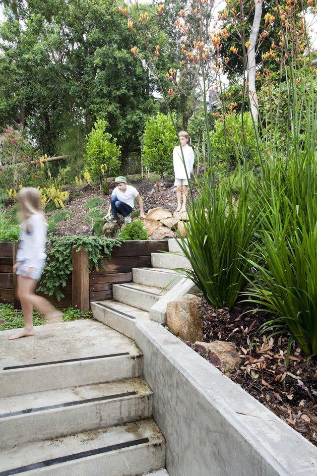 stunningly-reinvented-australian-home-features-towering-indoor-outdoor-courtyard-16-walkway.jpg