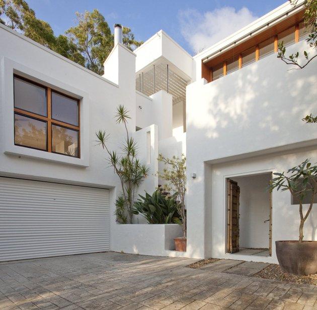 stunningly reinvented australian home features towering indoor outdoor courtyard 2 front entrance thumb 630x617 19555 Stunningly Reinvented Australian Home Features Towering Indoor Outdoor Courtyard