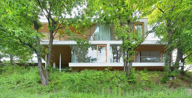 timber-slope-house-lined-with-glass-walls-and-terraces-13.jpg