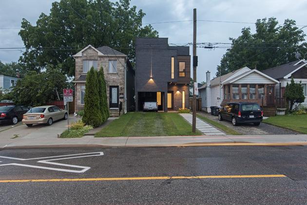 torontos totem house built around vertical art gallery 1 thumb 630x420 18343 Torontos Totem House built around vertical art gallery