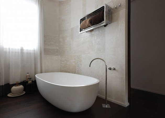 white-shades-define-luxurious-multistory-milan-apartment-14-tub.jpg