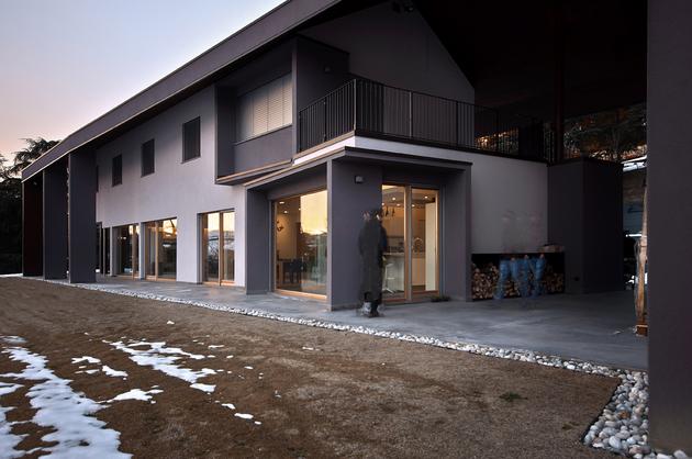 2-buildings-1-roof-combine-create-casa-ssm-italy-27-facade.jpg