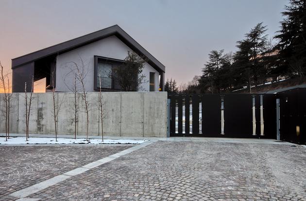 2-buildings-1-roof-combine-create-casa-ssm-italy-3-driveway.jpg