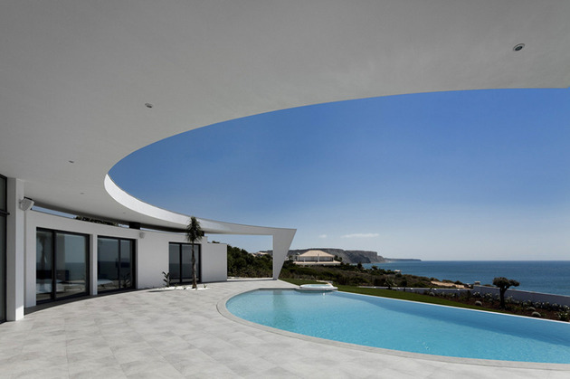 arc house with luxury interiors and edgy curved roof 2 thumb 630x419 23203 Arc House with Luxury Interiors and Edgy Curved Roof