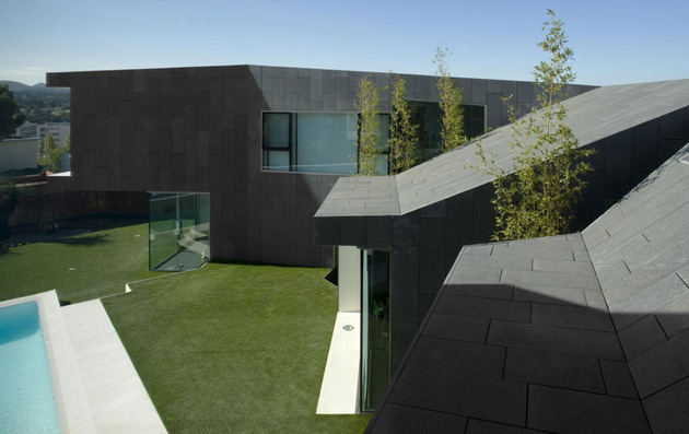 barcelona house with imposing exterior and sweet central courtyard 2 thumb 630x397 26266 Barcelona House with Imposing Exterior and Sweet Central Courtyard