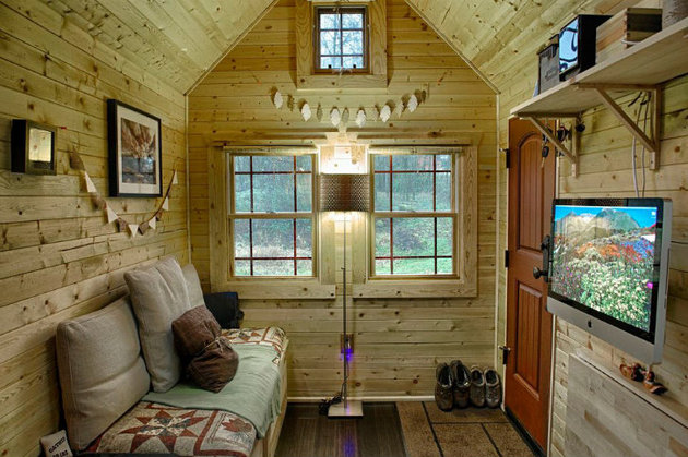 cabin-style-compact-washington-mobile-home-for-two-5-entry.jpg