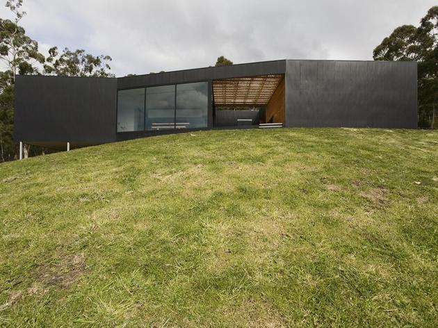 courtyard house built for severe tasmanian weather 1 from below thumb 630x472 25874 Courtyard House Built For Severe Tasmanian Weather