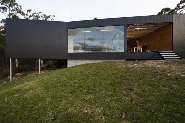 courtyard house built for severe tasmanian weather 2 left side thumb 630x420 25876 Courtyard House Built For Severe Tasmanian Weather