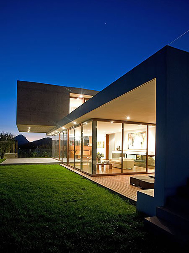 courtyard-house-with-glass-lower-floor-and-concrete-upper-14.jpg