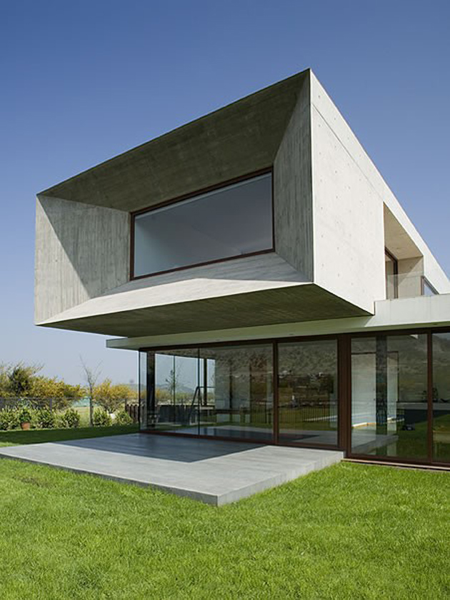 courtyard-house-with-glass-lower-floor-and-concrete-upper-3.jpg