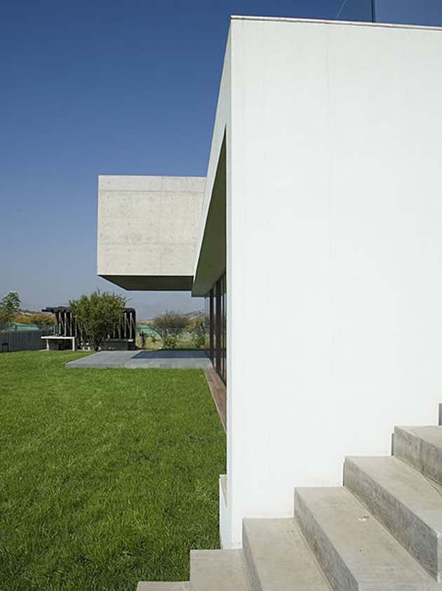courtyard-house-with-glass-lower-floor-and-concrete-upper-4.jpg
