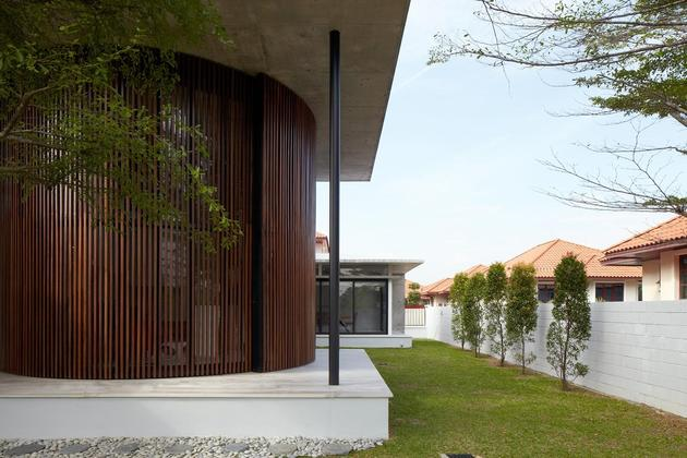 curved-stacking-glass-doors-surround-drum-shaped-room-voila-house-25-drum-façade.jpg
