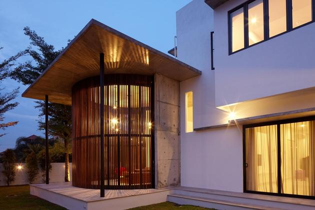 curved-stacking-glass-doors-surround-drum-shaped-room-voila-house-4-drum-design-night.jpg