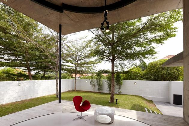 curved-stacking-glass-doors-surround-drum-shaped-room-voila-house-9-living.jpg