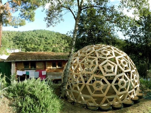 diy wooden dome built from pallets 1 full thumb 630x472 24146 DIY Wooden Dome Built From Pallets