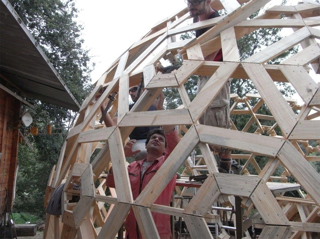 diy wooden dome built from pallets 2 construction side thumb 630x472 24148 DIY Wooden Dome Built From Pallets