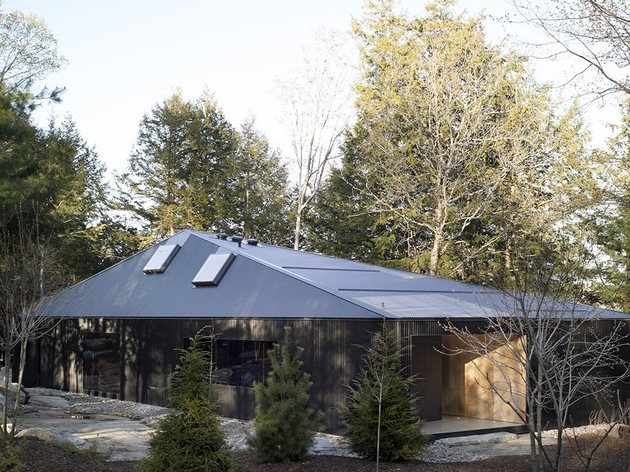 elegant complexity defines color contrasted ontario weekend home 2 roofline thumb 630x472 24118 Trapezoid Shaped Cottage with Plywood Interiors