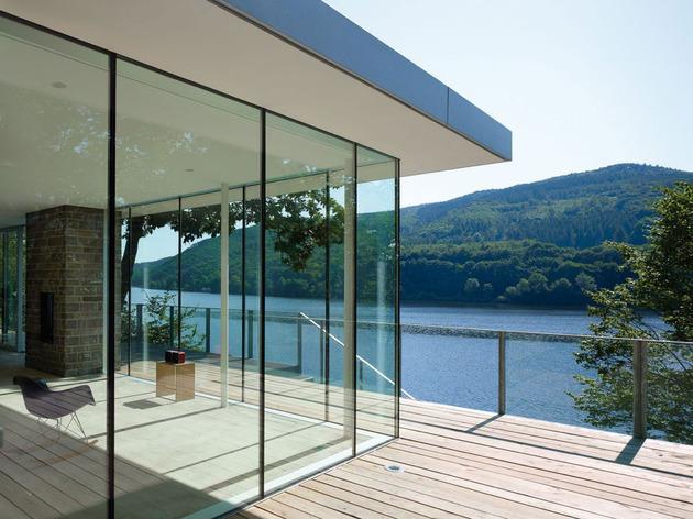 lake house above rur reservoir germany minimalist masterpiece 1 glass corner thumb 630x472 23656 Lake House Above Rur Reservoir in Germany is Minimalist Masterpiece