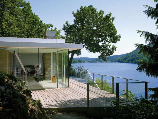 lake house above rur reservoir germany minimalist masterpiece 2 deck thumb 630x472 23658 Lake House Above Rur Reservoir in Germany is Minimalist Masterpiece