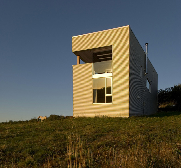 ocean-views-pastoral-settings-surround-sliding-house-vacation-retreat-13-façade.jpg