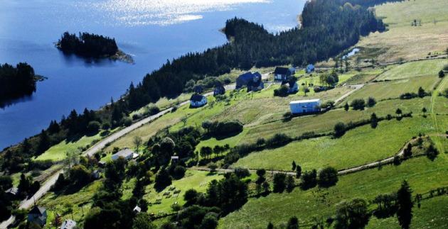 ocean-views-pastoral-settings-surround-sliding-house-vacation-retreat-19-site.jpg