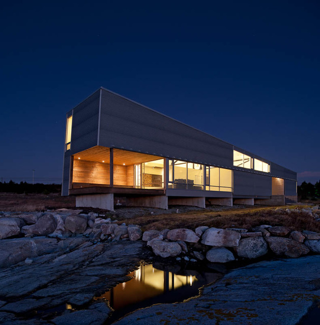 oceansi vacation house clad corrugated galvanized aluminium 1 façade evening thumb 630x637 25500 Oceanside Vacation House Clad in Corrugated Galvanized Aluminium