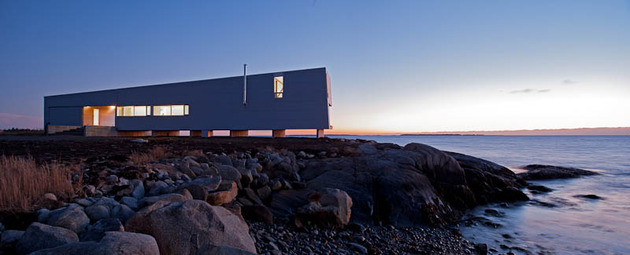 oceansi-vacation-house-clad-corrugated-galvanized-aluminium-10-façade-night.jpg