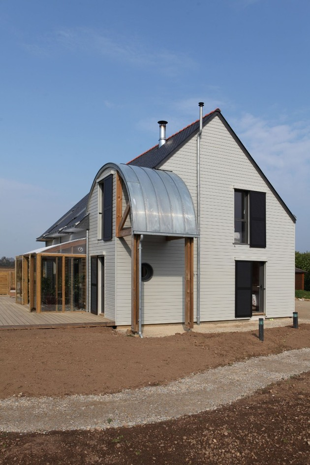 organic-bioclimatic-house-brittany-eco-friendly-landscaping-4-side-view.jpg